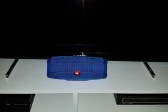 JBL Charge 3 Bluetooth Lautsprecher vor Fernseher