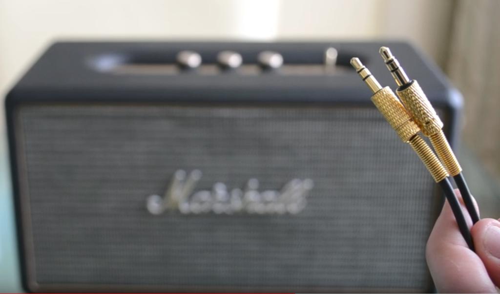 """Das Klinke-Kabel vom Marshall """"Stanmore"""" Bluetooth-Lautsprecher sieht einfach großartig aus."""